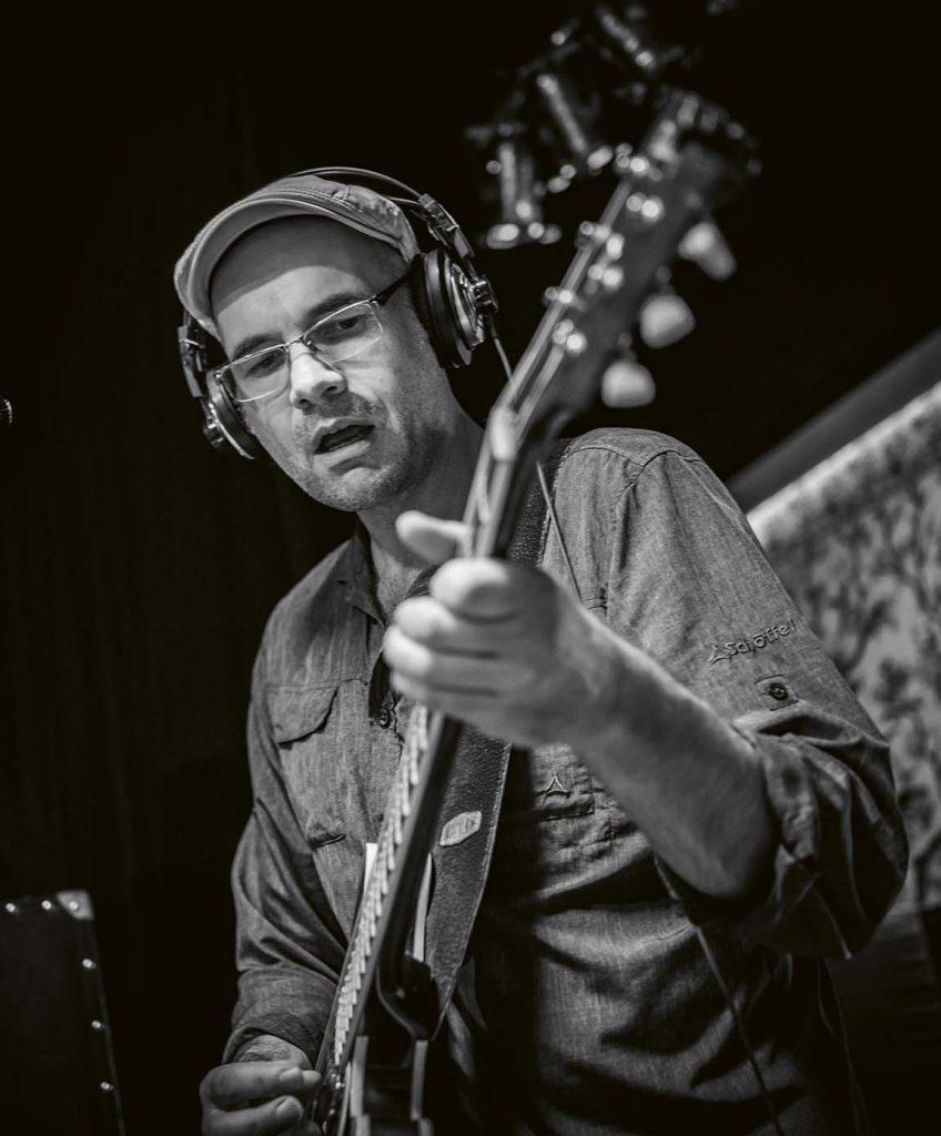 Bandleader Jens Filser an der Gitarre
