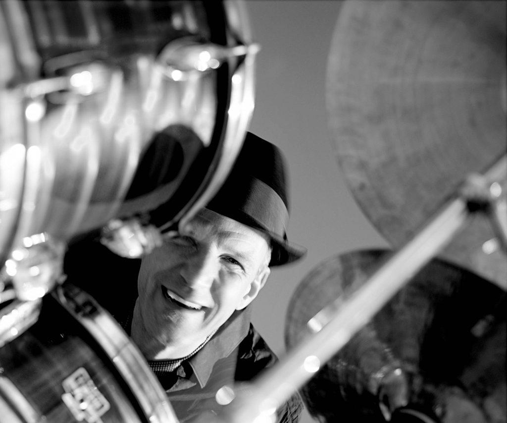 Mickey Neher-Warkocz am Schlagzeug